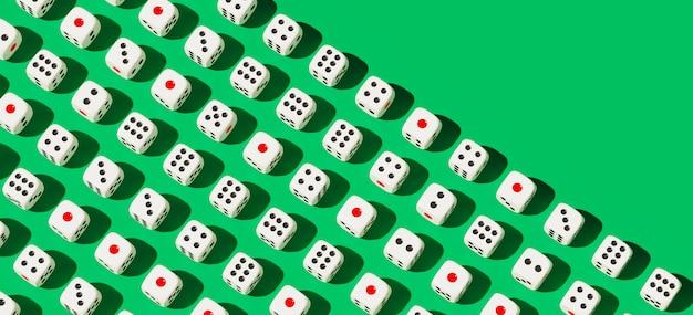 Biały hazardu kostka do gry wzór na zielonym tle