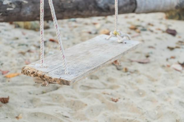 Biały huśtawka na plaży