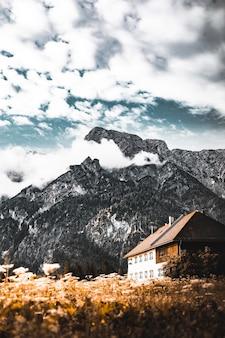 Biały i brązowy dom w naturalnym krajobrazie
