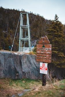 Biały i brązowy drewniany wiszący most