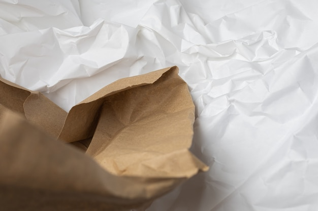 Biały i brązowy podarty papier pakowy pomarszczony tło