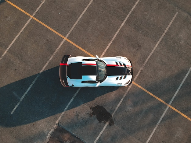 Biały i czarny samochód na utwardzonej drodze