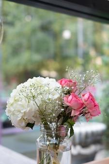 Biały i różowy kwiat