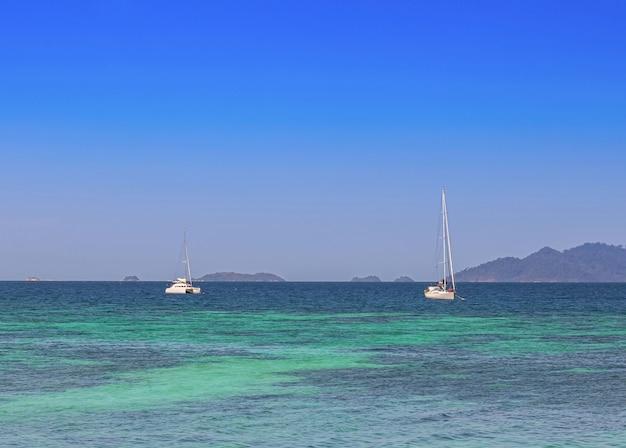Biały jacht na błękitnym morzu