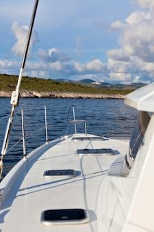 Biały jacht płynie po błękitnym morzu w chorwacji. ujęcie pionowe