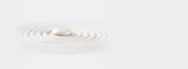 Biały kamień w piasku. zen japoński ogród tło sceny. poziomy