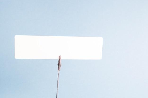 Biały karton na spinaczu do bielizny