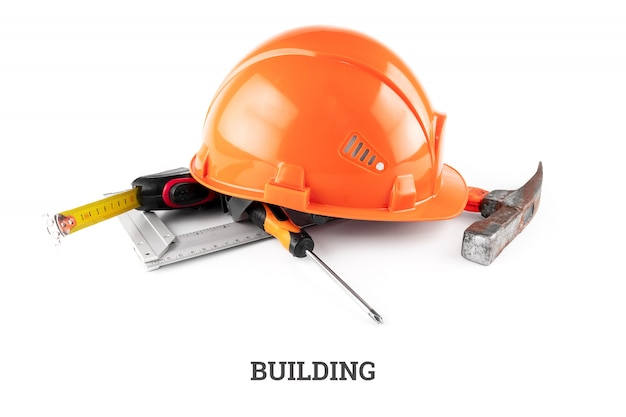 Biały kask budowlany, taśma miernicza, młotek, śrubokręt. konstrukcja napisów. architektura koncepcyjna, budownictwo, inżynieria, projektowanie, naprawa.