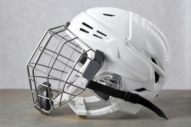Biały kask hokejowy z maską