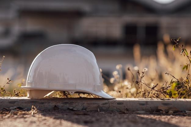 Biały kask na budowie. koncepcja bezpieczeństwa