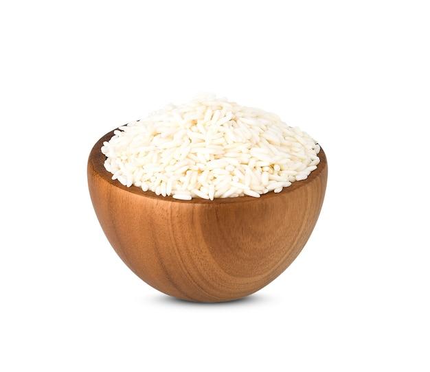 Biały kleisty ryż w drewnianej misce na białym tle