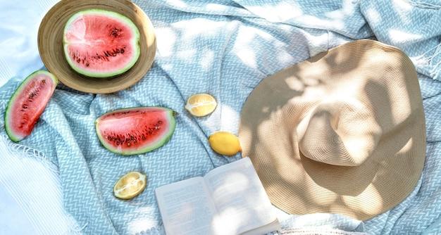 Biały koc, koncepcja pikniku
