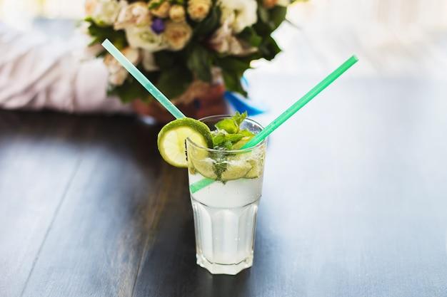 Biały koktajl z cytryną i słomkami