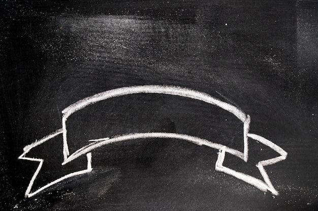 Biały kolor kredy ręcznie rysunek w wstążce banner na tablica tło