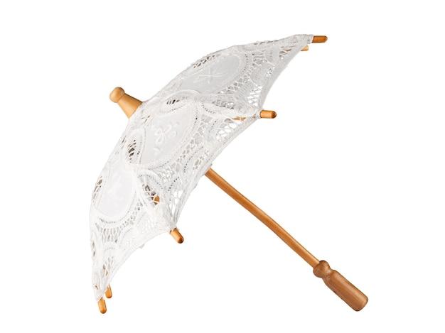 Biały koronkowy parasol ślubny na drewnianej rączce izolować na białym tle