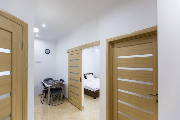 Biały korytarz i drewniane drzwi
