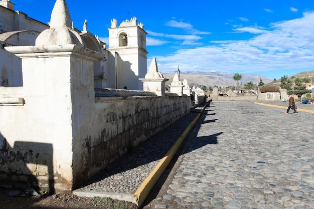 Biały kościół katolicki na wsi peru