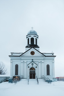 Biały kościół w zimie