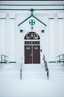 Biały kościół z drewnianymi drzwiami