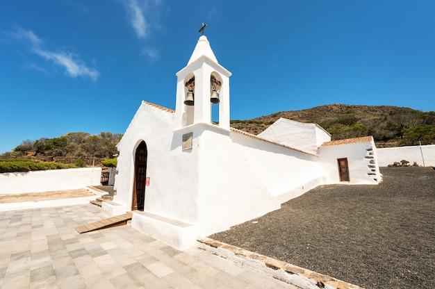 Biały kościół z widokiem na dzwon