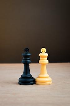 Biały król szachów z czarnym królem szachów