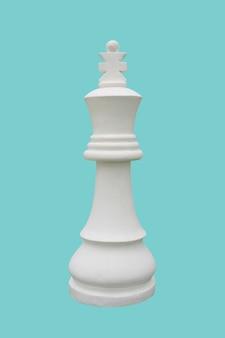Biały król szachowy stojący na białym tle na błękitnym tle