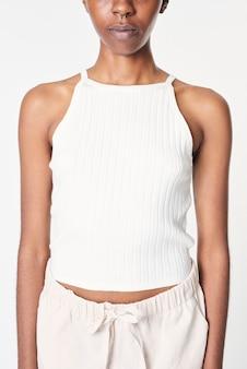 Biały krótki damski top ze spodniami dresowymi