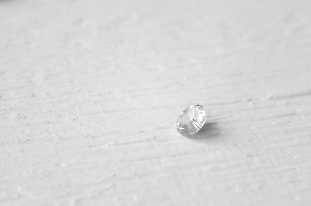 Biały kryształowy kamień makro, fioletowe szorstkie przezroczyste kryształy kwarcu