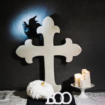 Biały krzyż z krukiem
