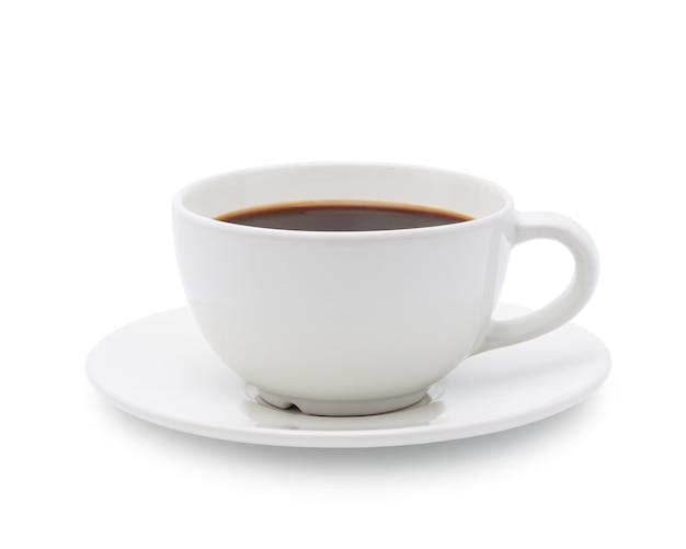 Biały kubek czarnej kawy na białym tle