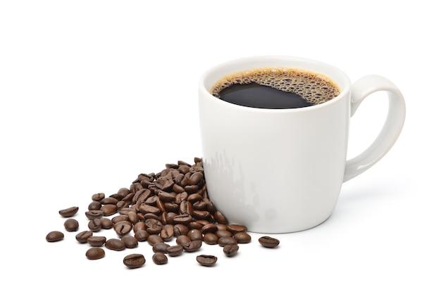 Biały kubek czarnej kawy z palonymi ziarnami kawy