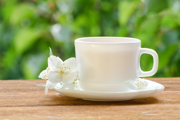 Biały kubek herbaty z jaśminem