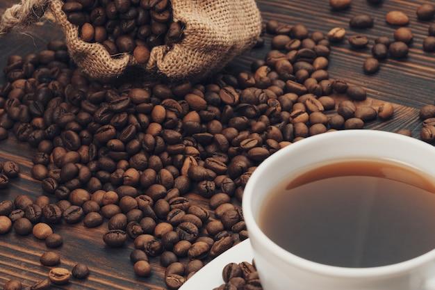 Biały kubek kawy na starym rustykalnym stole