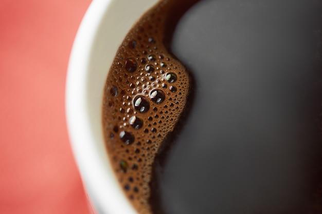 Biały kubek kawy z bliska