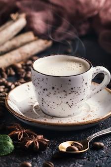 Biały kubek świeżej, smacznej gorącej kawy espresso z ziaren kawy
