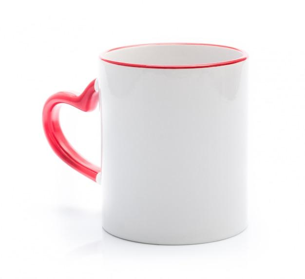 Biały kubek z czerwonym uchwytem w kształcie serca