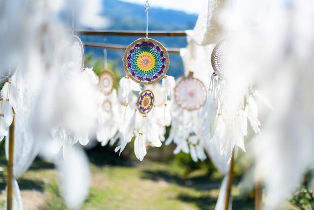 Biały łapacz snów na błękitnym niebie, amerykański rodzimy amulet