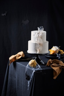 Biały lukier z dekoracją halloween na czarnym stole, selektywny obraz ostrości
