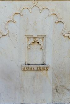 Biały marmurowy wystrój wnętrz city palace w udaipur radżastanie, indie