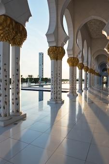 Biały meczet szejka zayeda w abu zabi w zjednoczonych emiratach arabskich