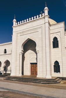 Biały meczet w słoneczny dzień w bolghar, rosja.