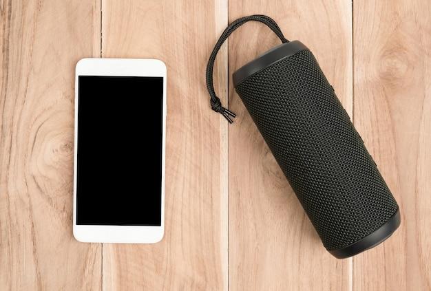 Biały mobilny inteligentny telefon z głośnikiem bluetooth