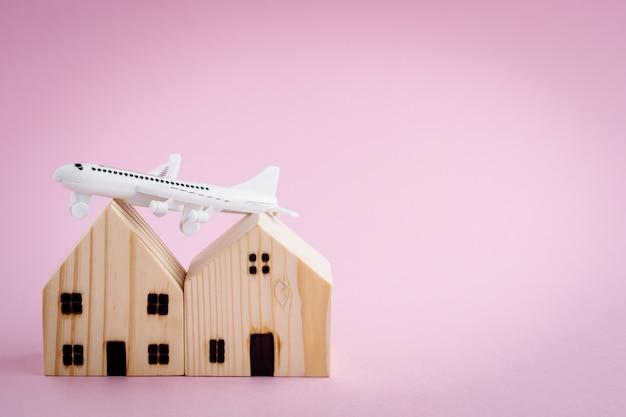 Biały model samolotu i drewnianego domu