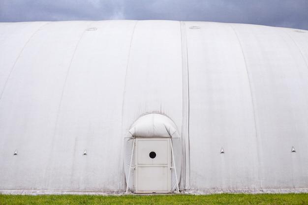 Biały nadmuchiwany hangar, baldachim wykonany z plandeki.