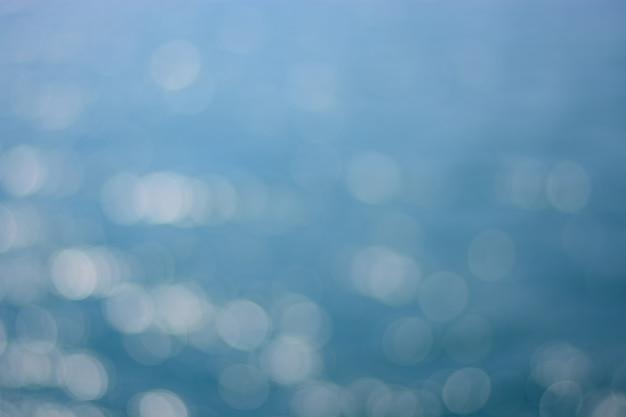 Biały niewyraźne bokeh na niebieskim tle