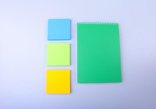 Biały notatnik z kolorowymi karteczkami samoprzylepnymi