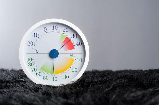 Biały, nowoczesny styl analogowego termometru i higrometru