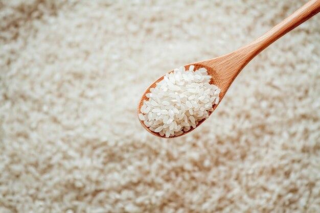 Biały okrągły ryż w drewnianej lub bambusowej łyżce