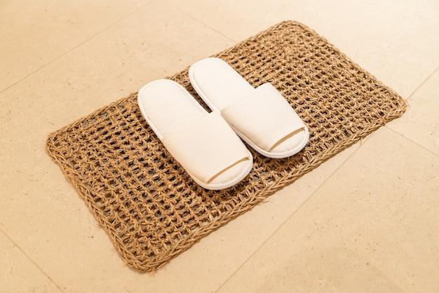 Biały pantofel w sypialni hotelowej?