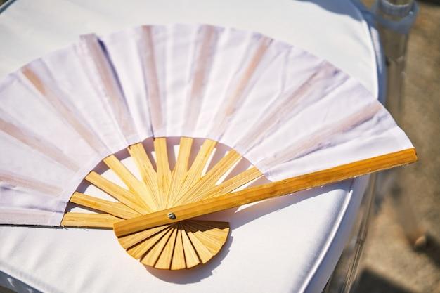 Biały papier bambusowy składany wentylator drewno chiński styl pamiątka na ślub